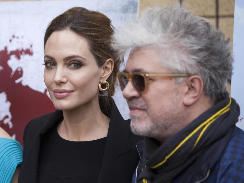 Angelina Jolie, junto a Pedro Almodóvar, este sábado en Los Ángeles