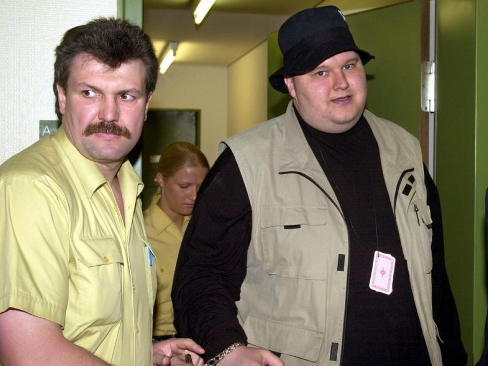 Kim Dotcom, fundador de Megaupload detenido a la derecha
