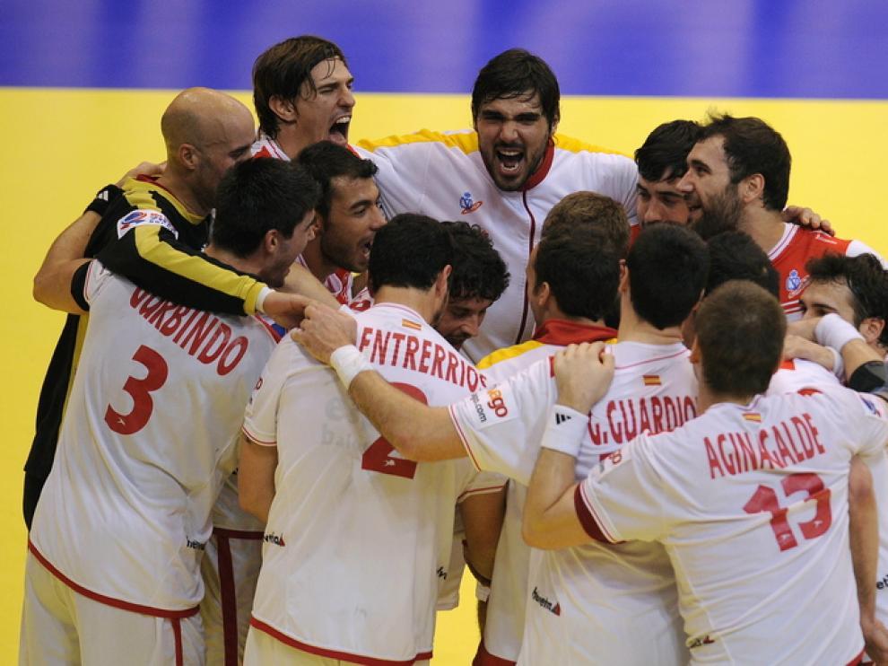 Los jugadores españoles celebran su victoria