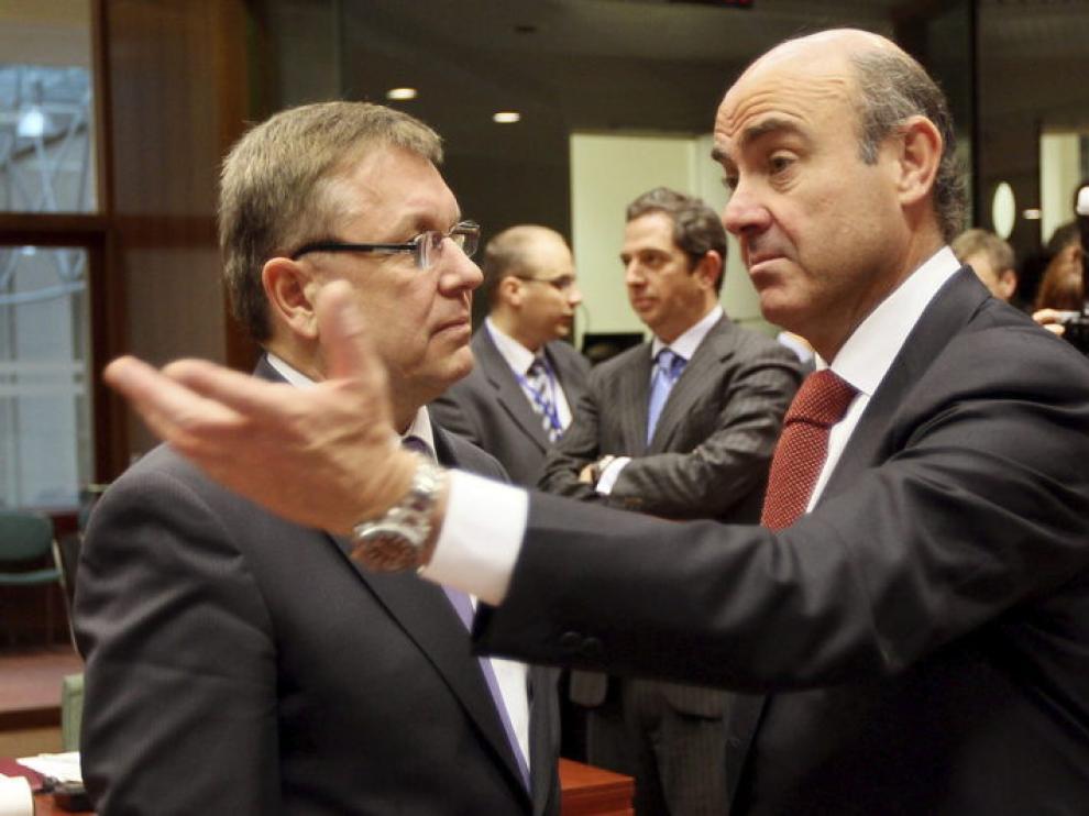 Luis de Guindos (dcha. ), en la reunión de ministros de Finanzas de la UE, con su homólogo húngaro