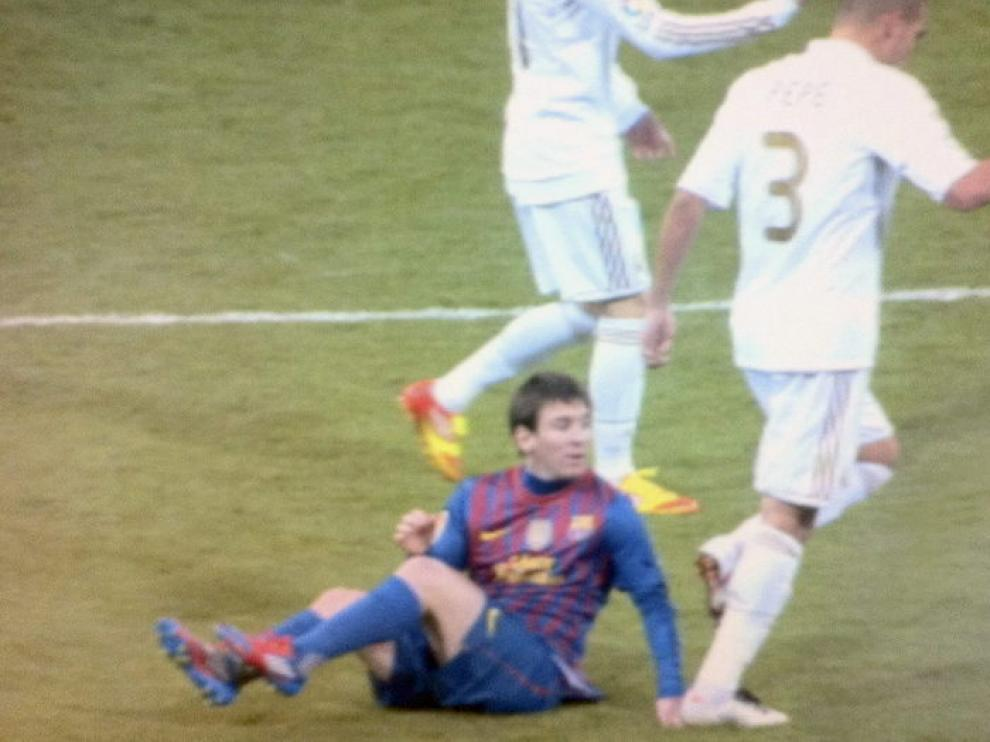 Pisotón de Pepe a Messi