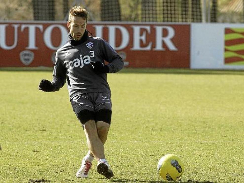 José Antonio Llamas, catalán con pasado blaugrana, golpea el balón durante el entrenamiento de ayer.