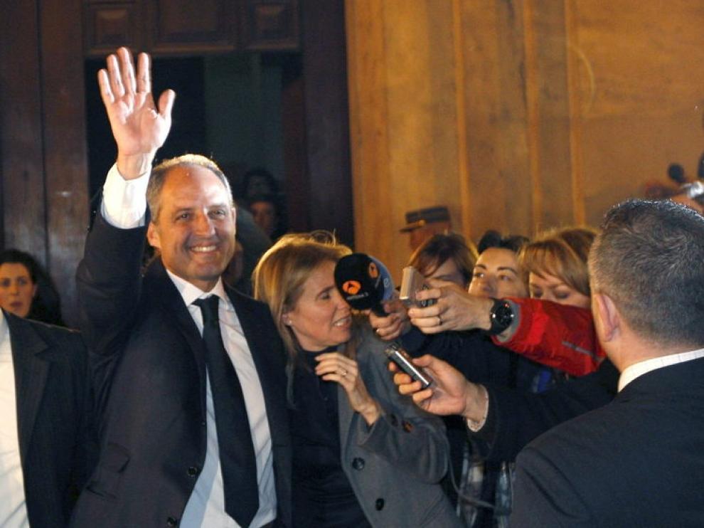 El expresidente de la Generalitat, Francisco Camps, saluda a los concentrados ante el TSJCV