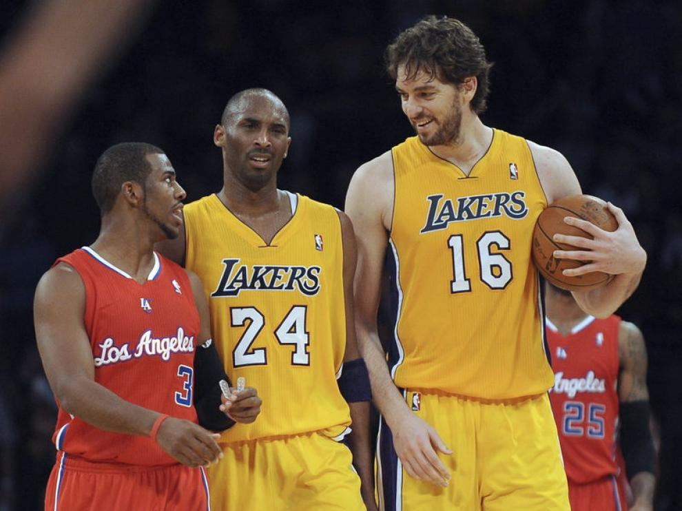 Kobe Bryant (c) y Pau Gasol (d), de Los Angeles Lakers, conversan con Chris Paul (i)