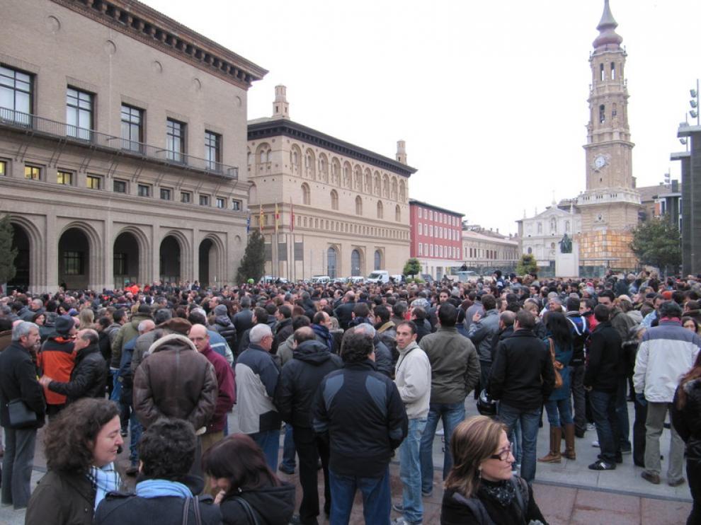 Concentración de trabajadores municipales ante la puerta del Ayuntamiento
