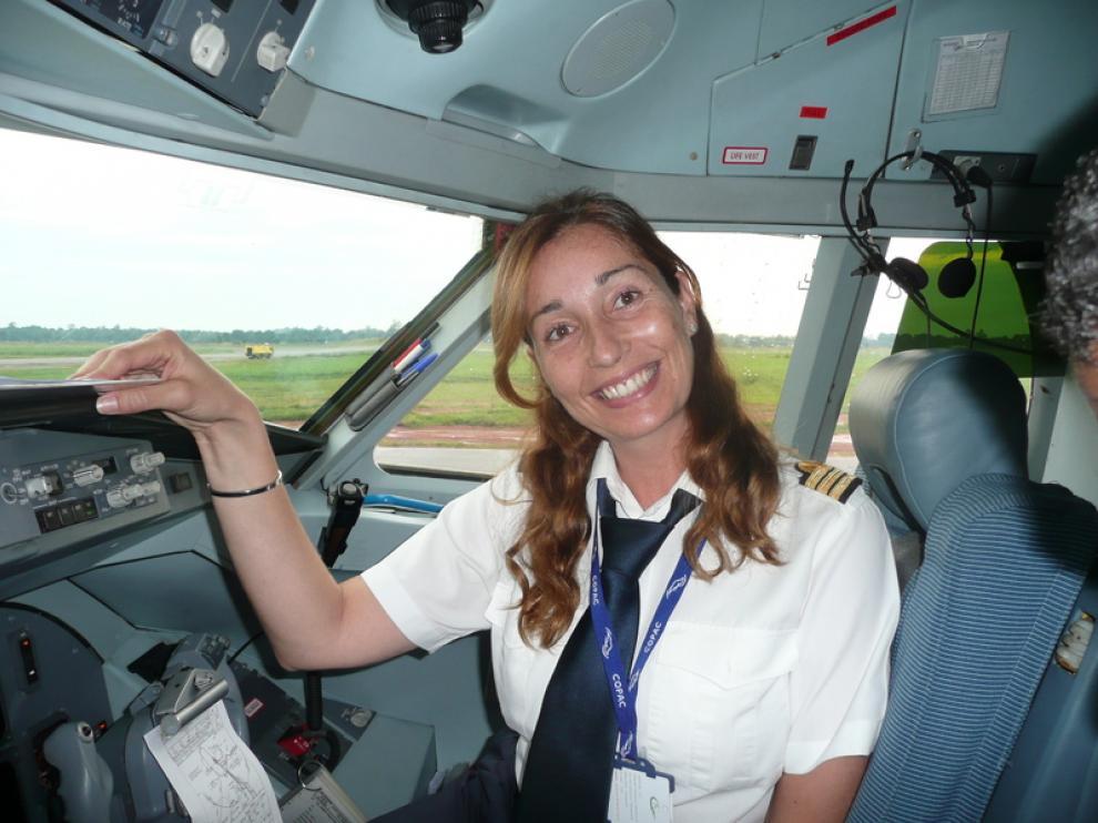 Natalia Zapater, en la cabina de un Fokker 100, antes de despegar en el aeropuerto de Libreville (Gabón)