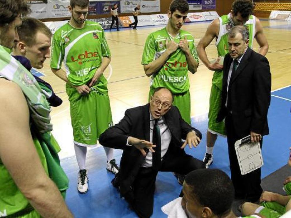 Ángel Navarro da instrucciones a sus jugadores durante un tiempo muerto.