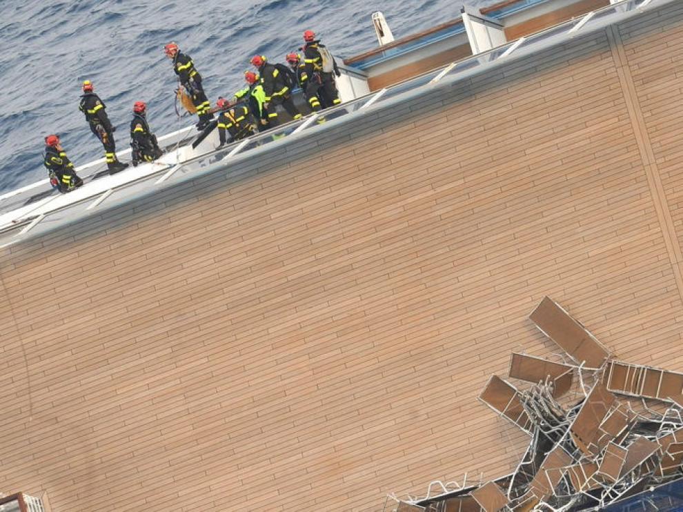 écnicos y bomberos trabajan en el Costa Concordia