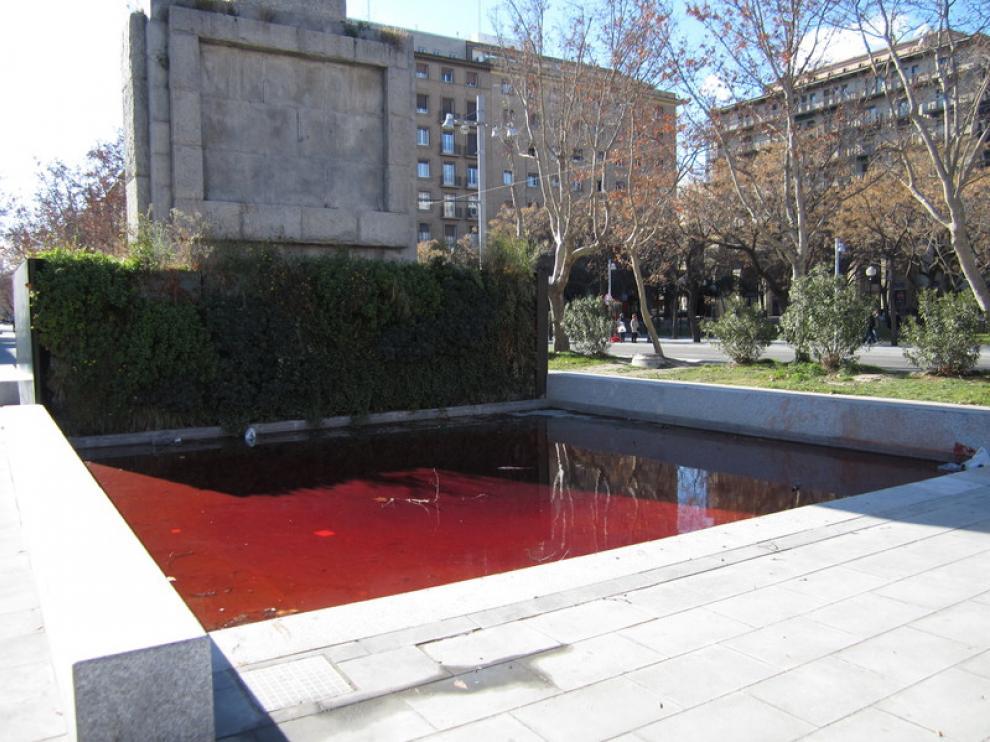 Tiñen de rojo la fuente de Fernando el Católico
