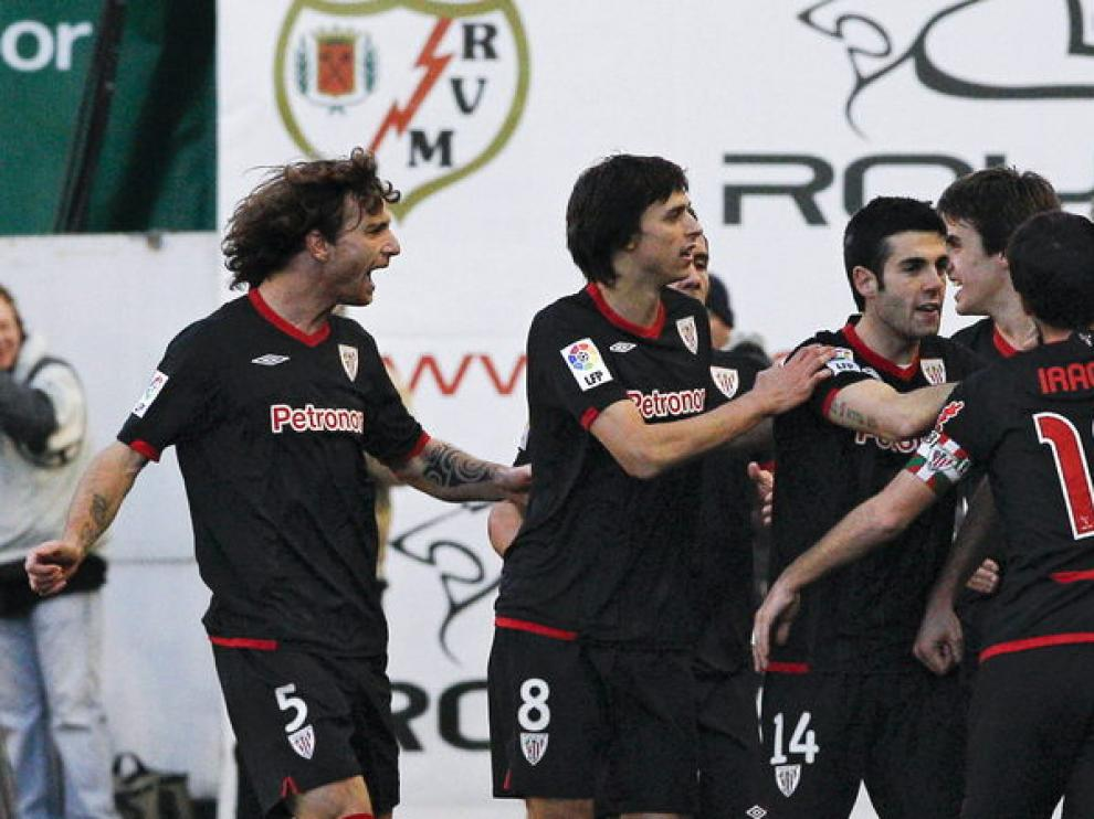 El delantero Fernando Llorente celebra su primer gol junto a sus compañeros