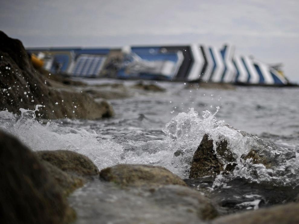 El crucero varado en la costa