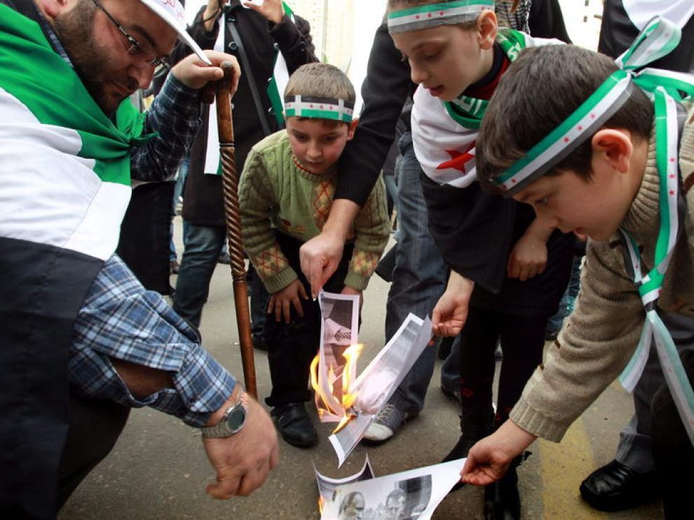 Sirios residentes en Egipto se manifiestan contra su presidente, Bashar al-Assad.