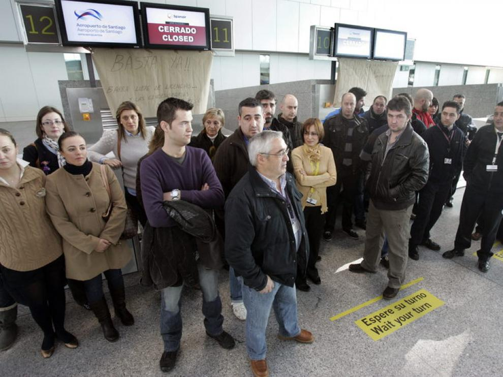 Protesta de trabajadores de Spanair en el aeropuerto de Lavacolla, en Santiago de Compostela