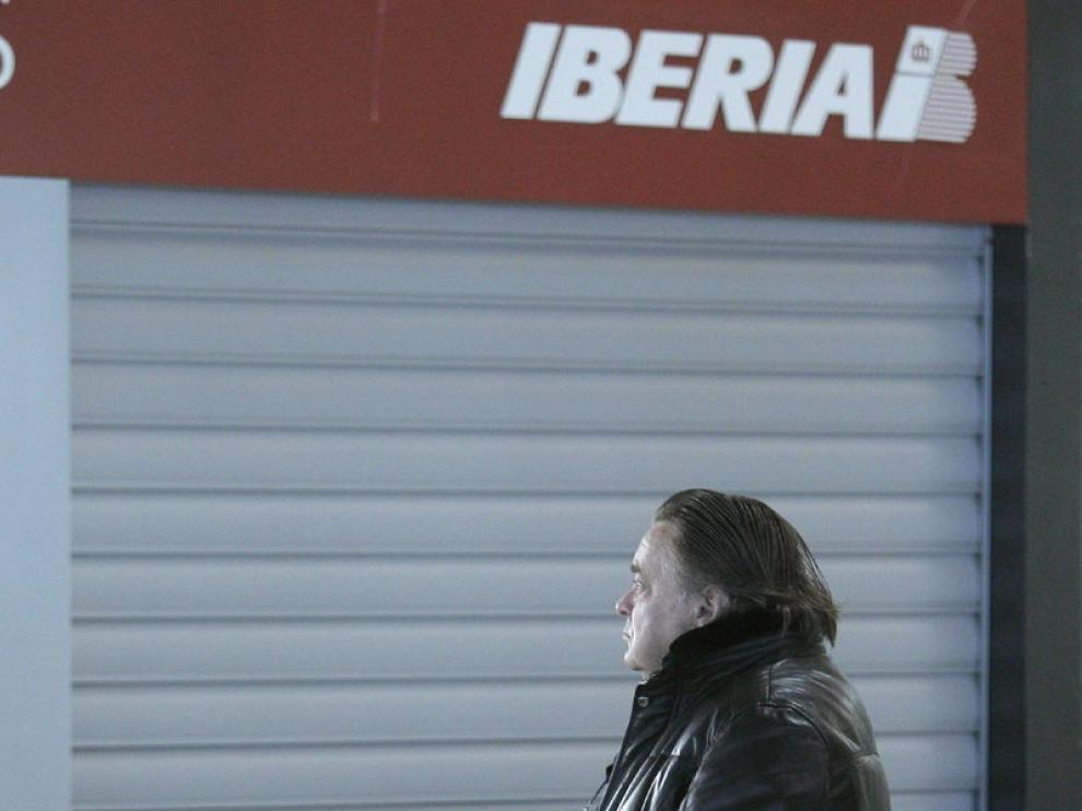 Un pasajero en el aeropuerto de Madrid-Barajas
