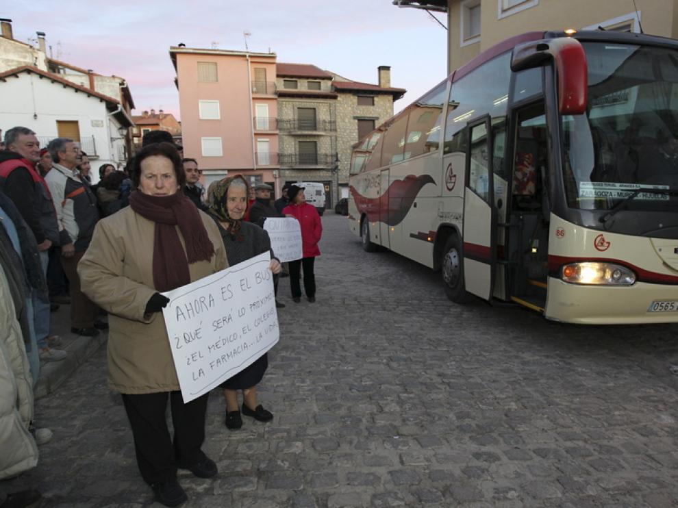 Vecinos de Bronchales protestan por la supresión de la línea de autobús de la compañía Jiménez