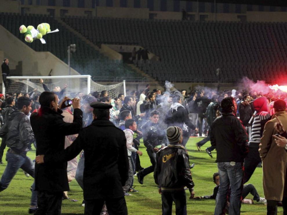 Policías y aficionados egipcios se enfrentan en el estadio de Port Said
