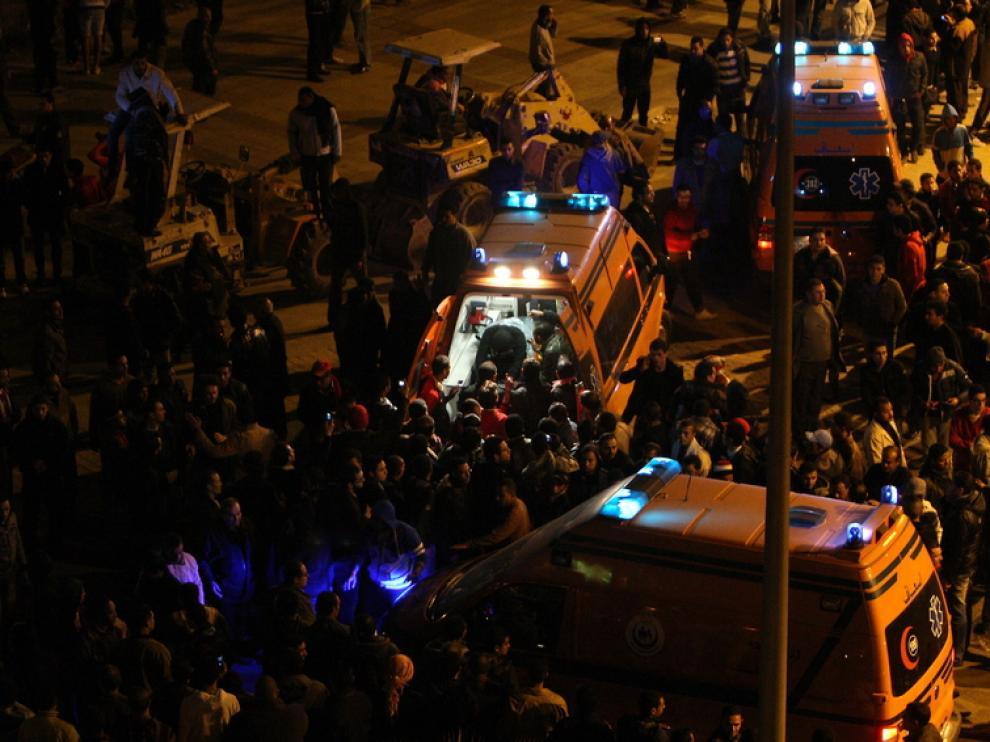 Varias ambulancias atendían a los heridos a las afueras del estadio