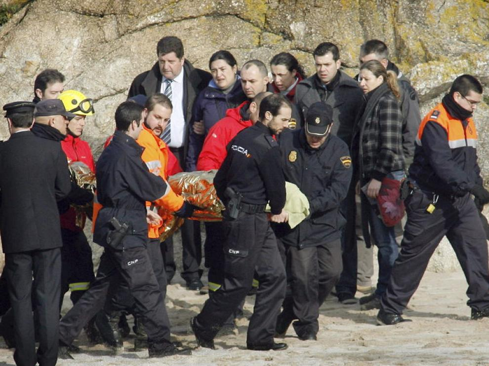 Traslado del cuerpo del policía localizado en la playa