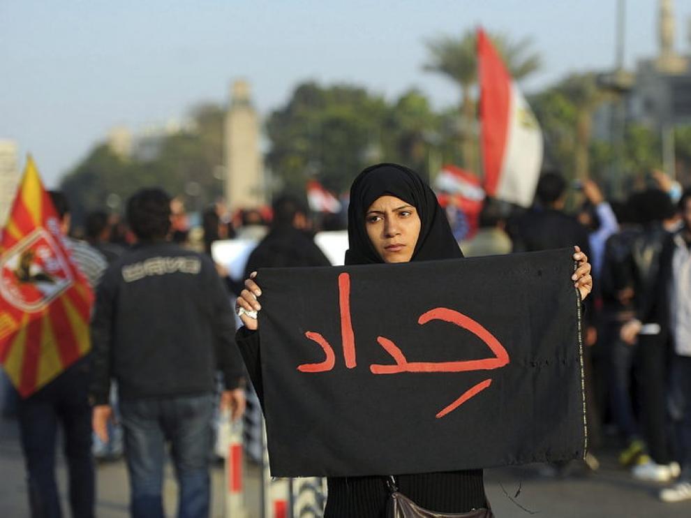 """Una mujer porta un cartel que muestra la palabra """"luto"""" por los disturbios ocurridos en Port Said."""