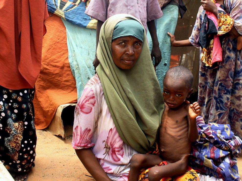 Una mujer con un niño en Somalia.
