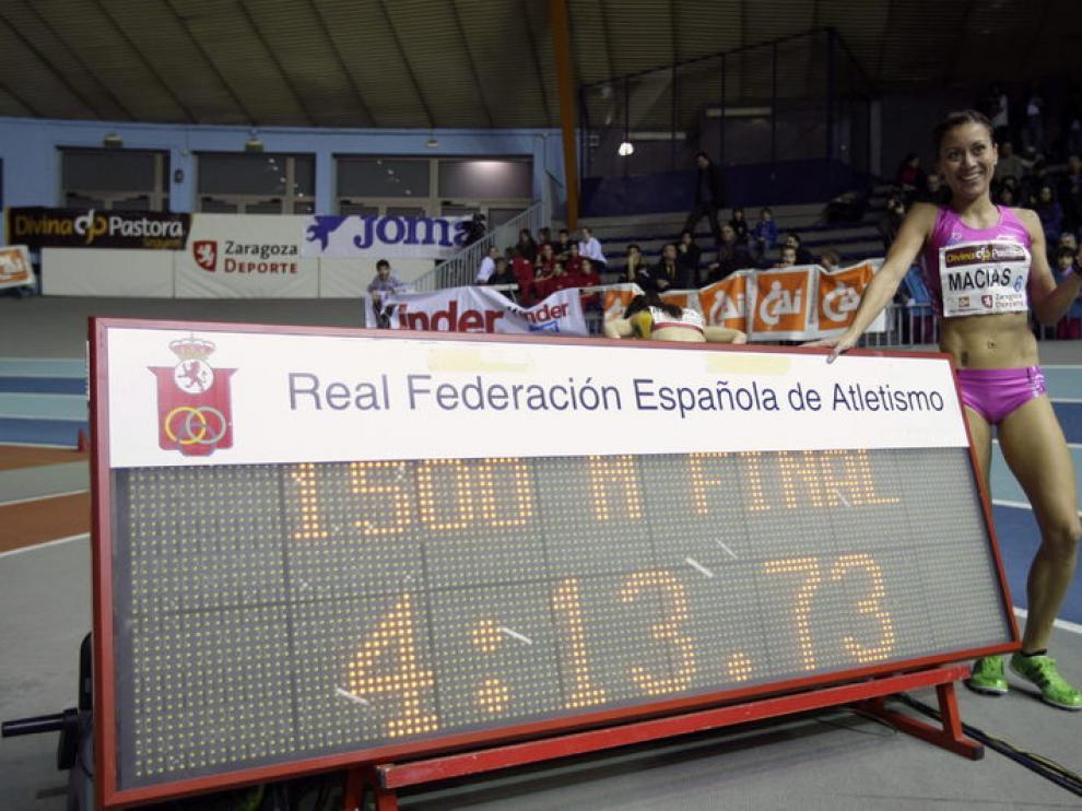 Isabel Macías posa con su marca lograda en 1.500