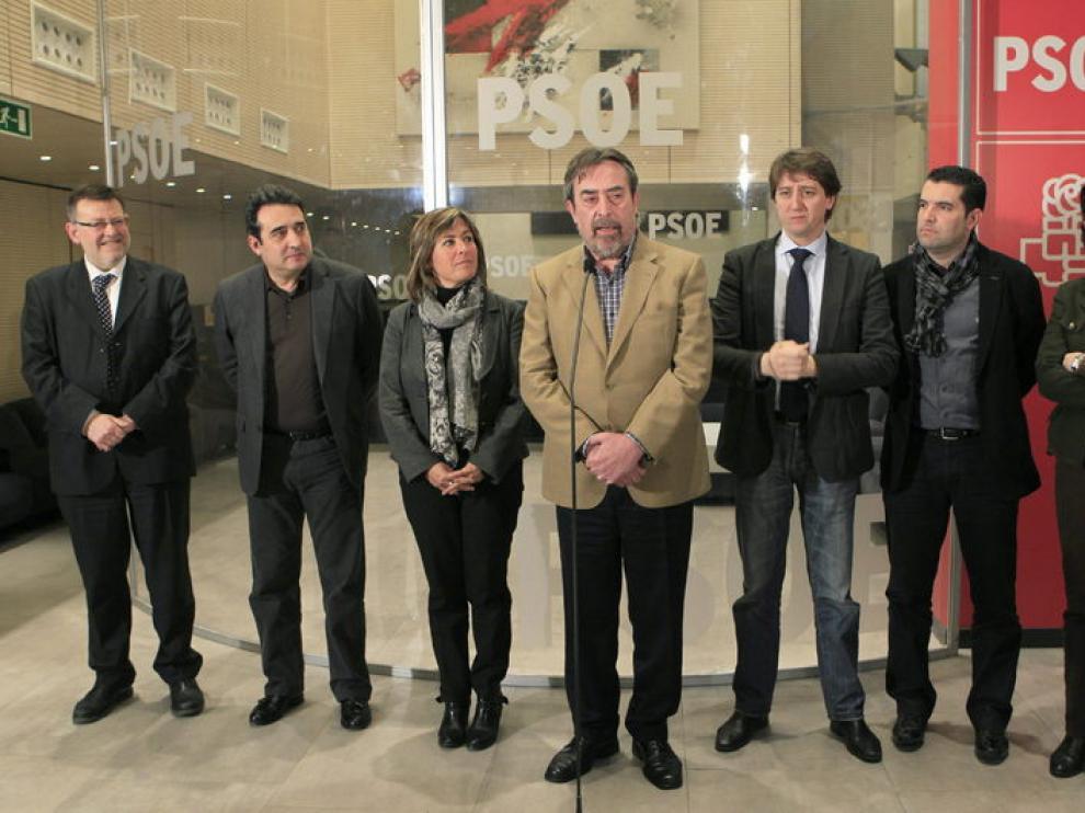 Varios alcaldes socialistas tras la reunión que han mantenido en Sevilla