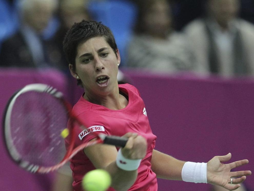 La española Carla Suárez devuelve la pelota a la rusa Svetlana Kuznetsova