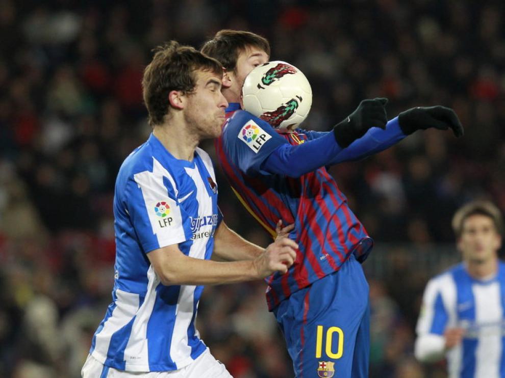 Leo Messi controla el balón ante Mikel González, jugador de la Real Sociedad.