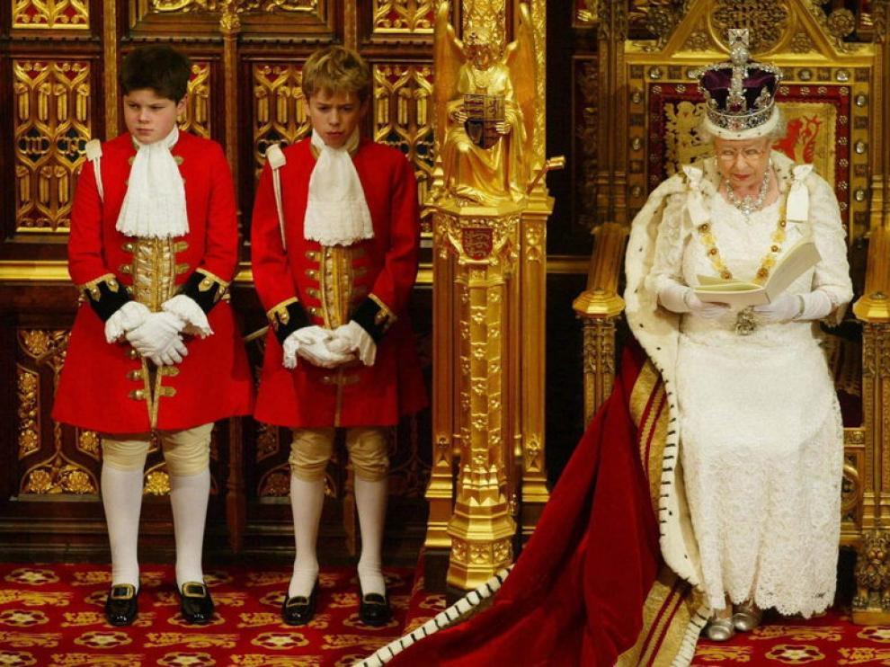 Foto de archivo de la reina Isabel II mientras pronuncia el Discurso de la Reina