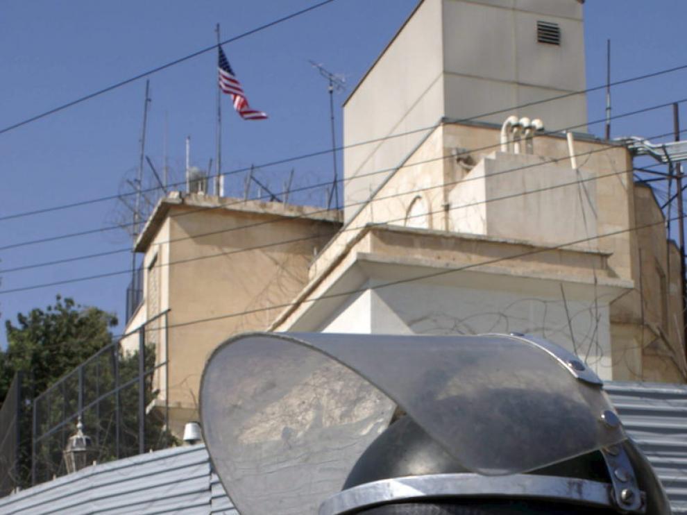Soldados sirios hacen guardia frente a la Embajada de los Estados Unidos en Damasco