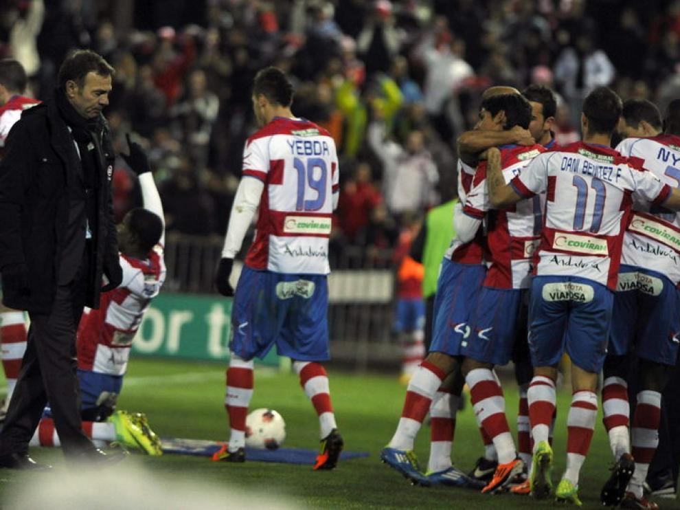 Los jugadores del Granada celebran su primer gol.