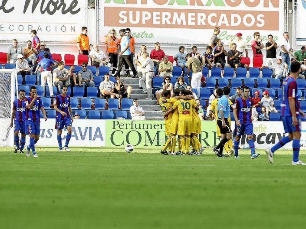 Los jugadores del Alcorcón celebran uno de los goles que marcaron en el choque del Alcoraz en la primera vuelta.
