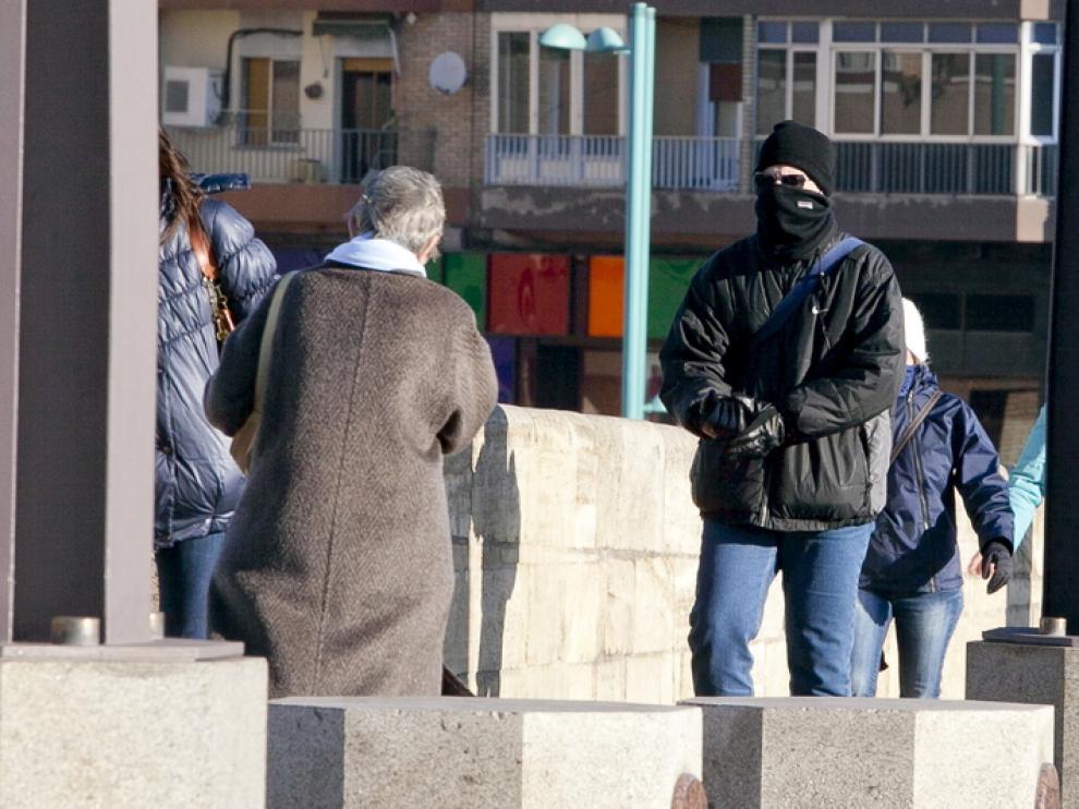 Las bufandas y guantes ayudaban este martes a luchar contra el frío en Zaragoza