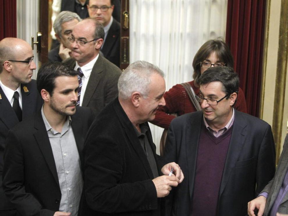 El líder de IU, Cayo Lara, regresa al congreso después de las palabras leídas por el Presidente del Congreso.