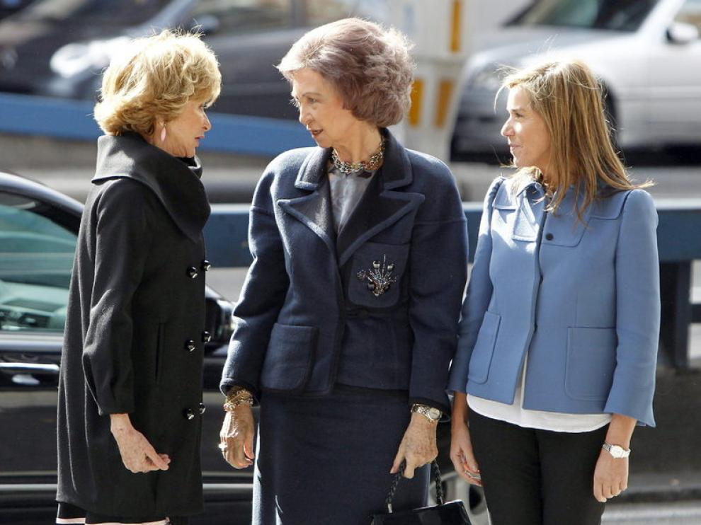 La reina, con De la Vega y Ana Mato