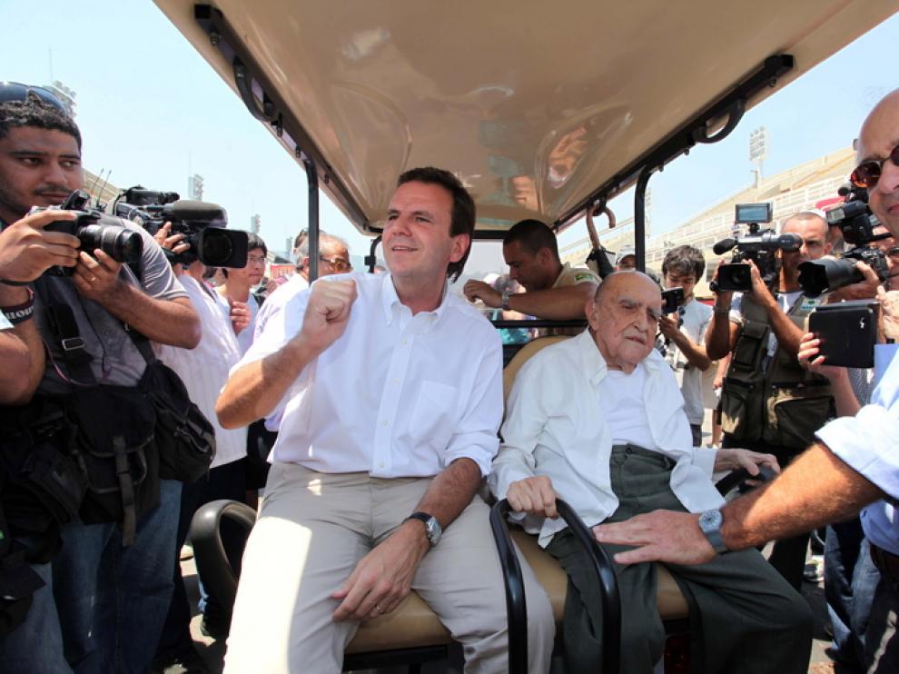 Niemeyer visita la obras del sambódromo de Río
