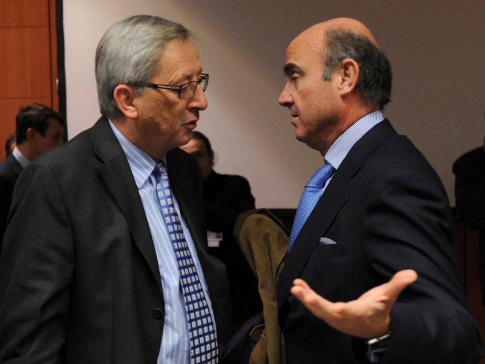 De Guindos (d) en la reunión del Eurogrupo