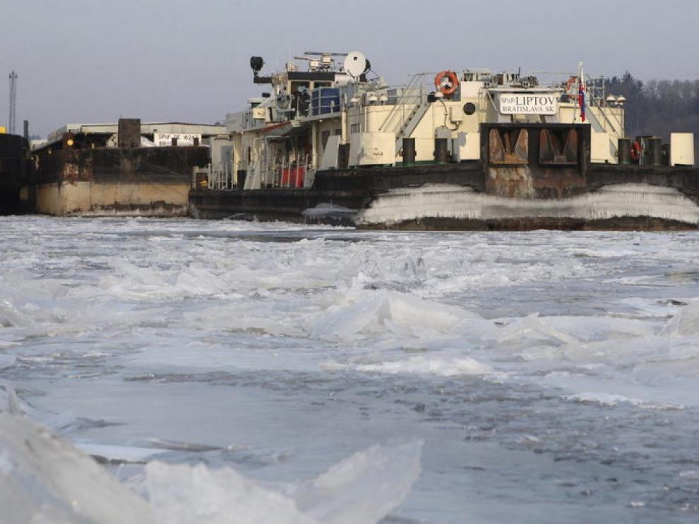 Un barco atascado en el hielo del Danubio