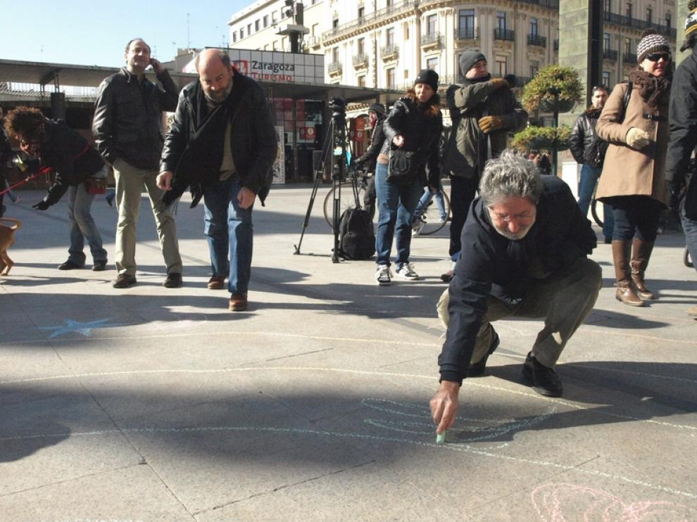 Alonso y Barrena pintan el suelo con tiza