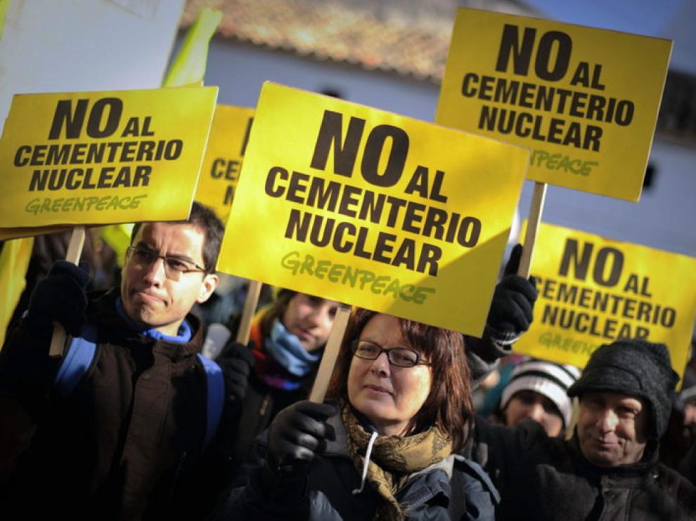 Voluntarios de Greenpeace se han manifestado en contra de la construcción del almacén de residuos nucleares.