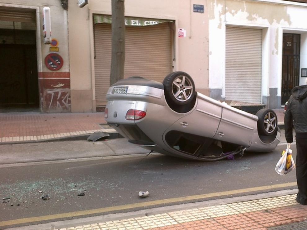 Imagen del vehículo volcado en la calzada