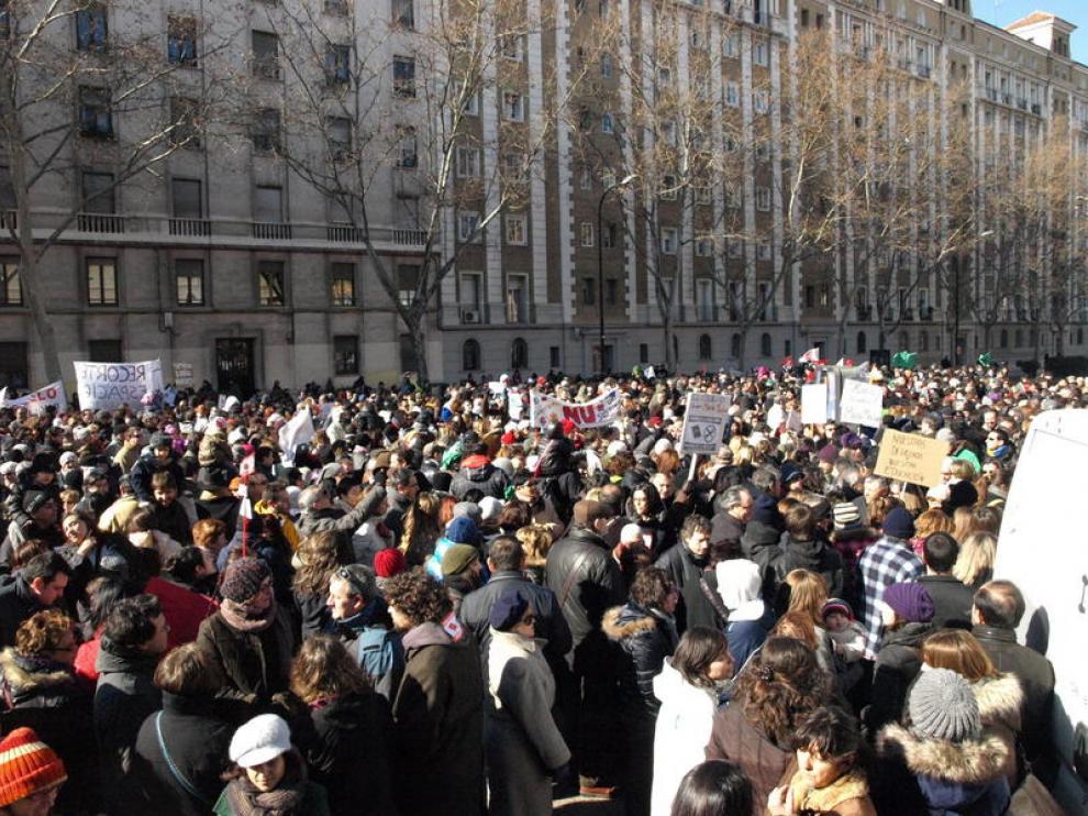 Miles de personas se concentran en defensa de la escuela pública