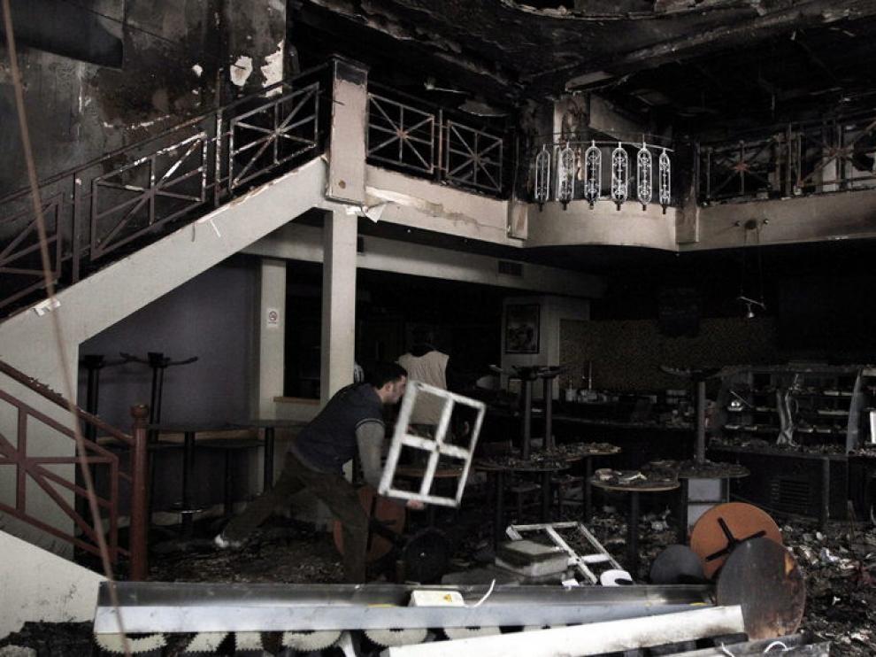 Estado en el que quedó una cafetería atacada durante los distrurbios