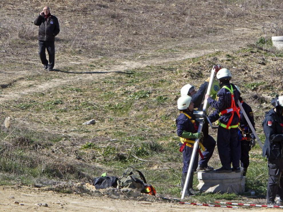 Varios policías rastrean un tramo de la Ruta del Agua en Camas