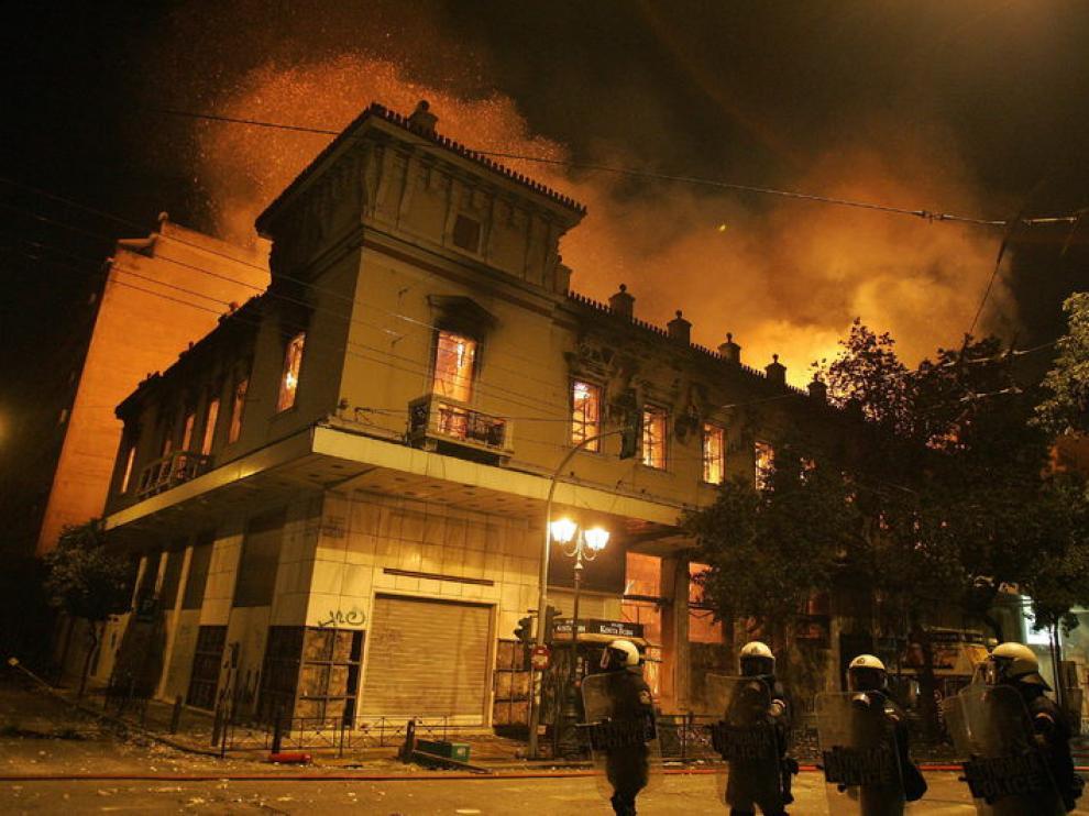 Los bomberos tratan de controlar el fuego en un edicifio de Atenas