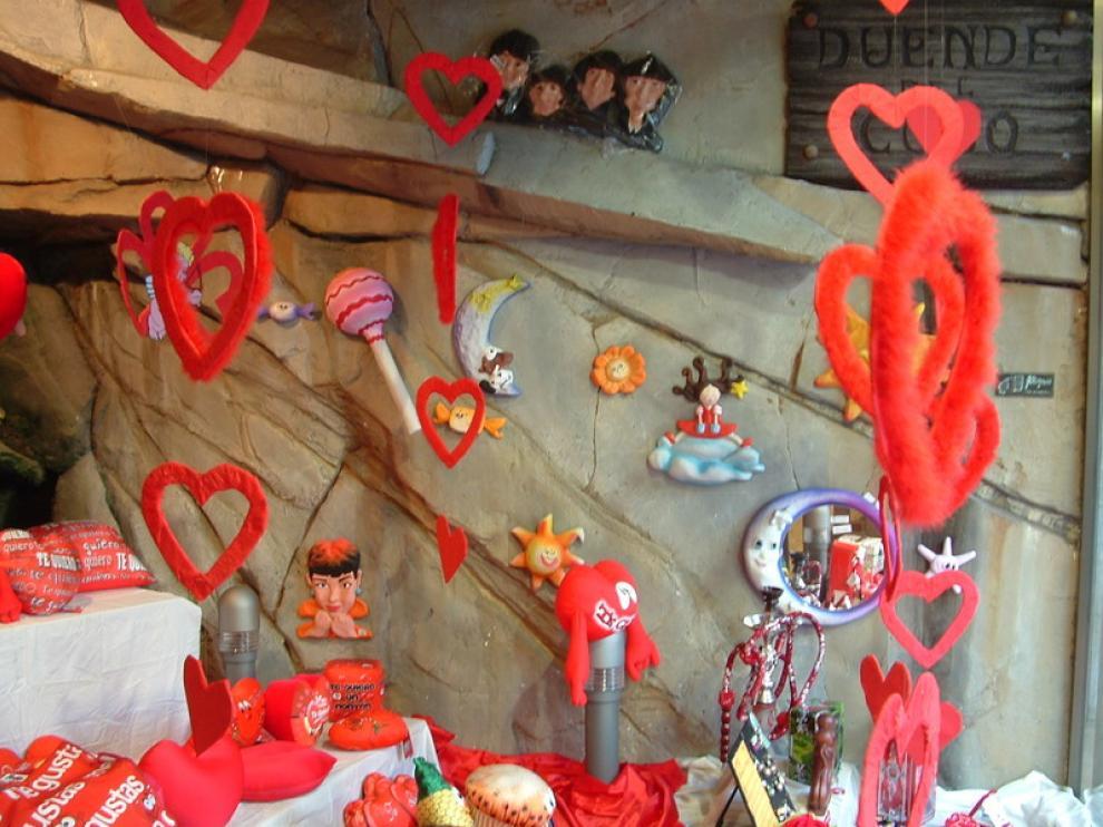 Escaparate de la tienda de regalos El Duende del Coso, decorada con motivos del día de los enamorados