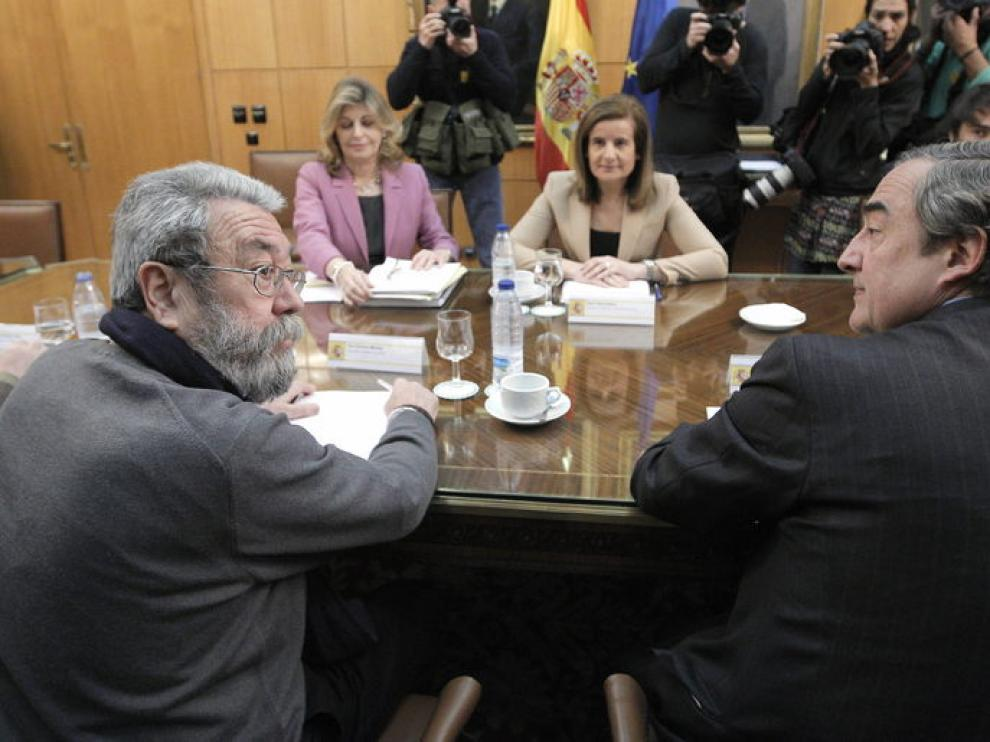 La ministra de Empleo y Seguridad Social, Fátima Báñez, reunida con patronal y sindicatos