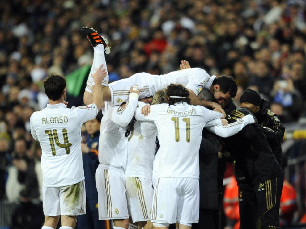 El equipo celebra la victoria.