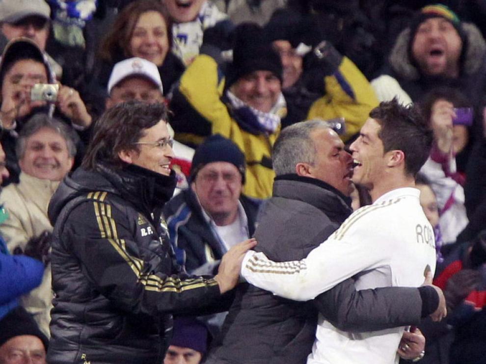 El jugador del Real Madrid, Cristiano Ronaldo, celebra la victoria con José Mourinho.