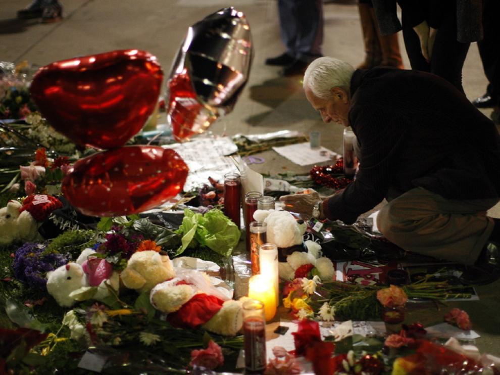 Decenas de personas dejan flores y mensajes en recuerdo de la cantante